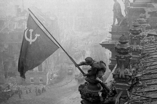 Поднятие флага СССР