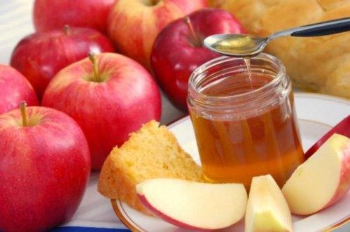 Обмакивание яблок в мед