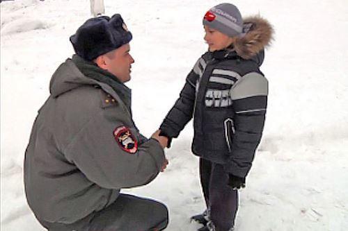 Полицейские помогают детям