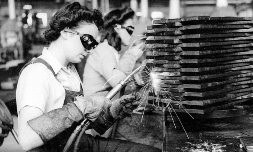 Рисунок 1. Газосварщица, работающая на военном заводе Южной Австралии
