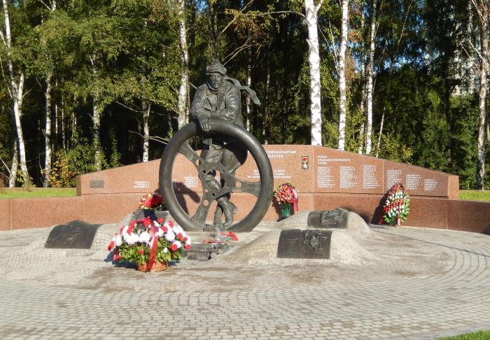 Рисунок 4. Памятник героям-автомобилистам