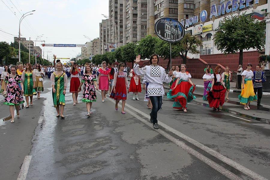 Рис.2 Праздничное шествие (2013)