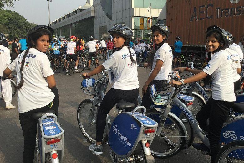 Рис. 2. Индийские школьницы на празднике World Bicycle Day