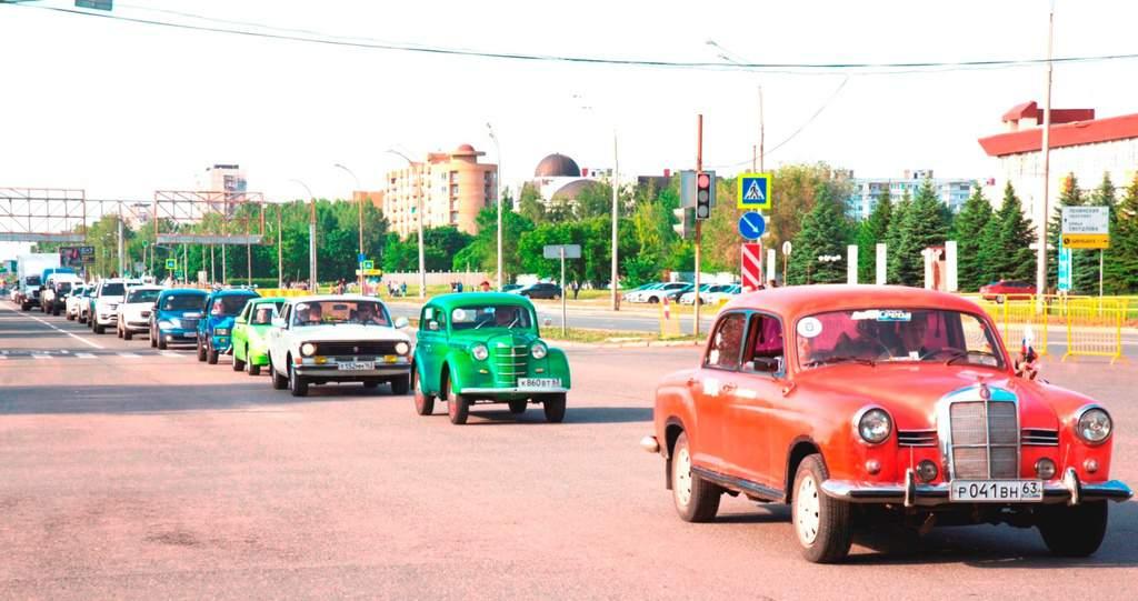 Рисунок 2. Парад старых автомобилей