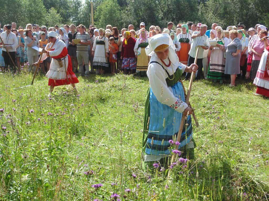 Рис. 2. Косьба травы на праздник