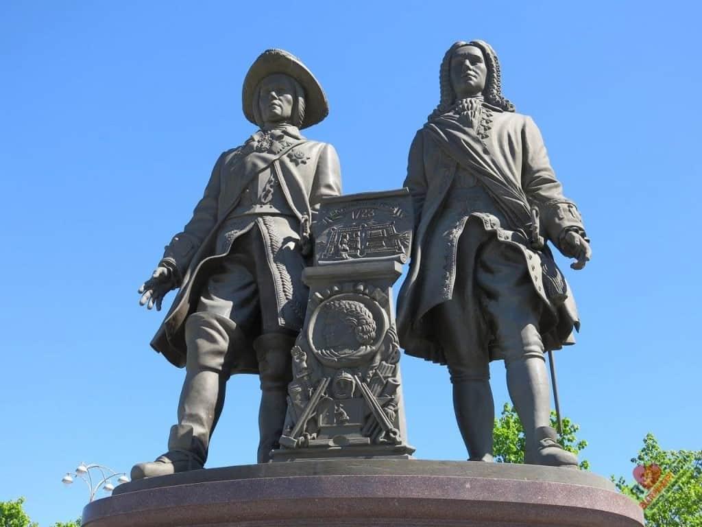 Рис. 2. Памятник В. Н. Татищеву (в парике) и Г. В. де Геннину