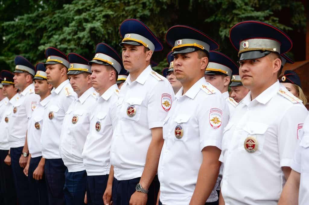 Рисунок 1. Сотрудники ГАИ принимают поздравления руководства на праздничной линейке