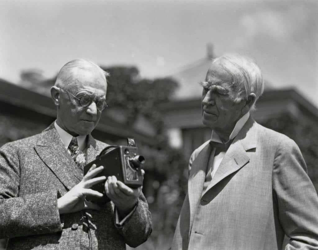 Рисунок 1. Джордж Истман со своим фотоаппаратом Kodak и Томас Эдисон