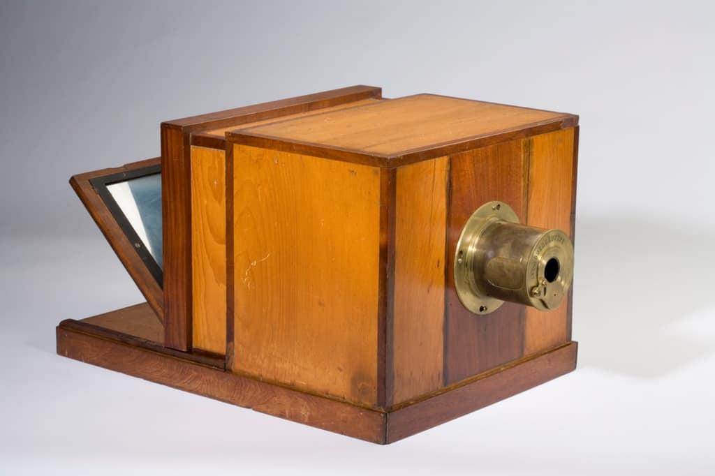 Рисунок 3. Камера-обскура или «волшебный фонарь» – приспособление, с помощью которого был сделан первый снимок