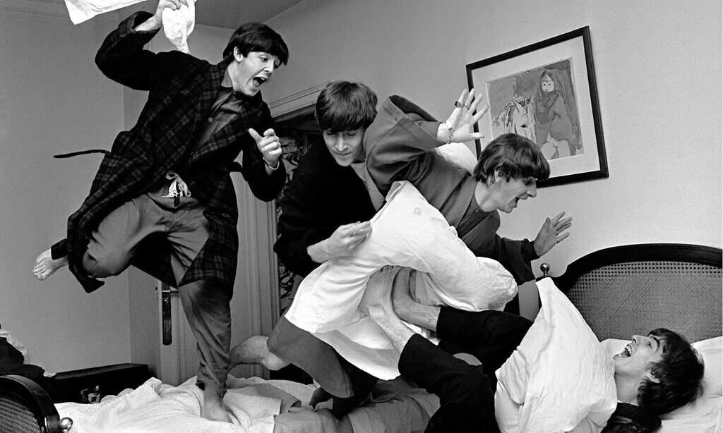 Рисунок 4. «Beatles» узнали, что они занимают первые строчки в американских хит-парадах. Снимок Гарри Бенсона