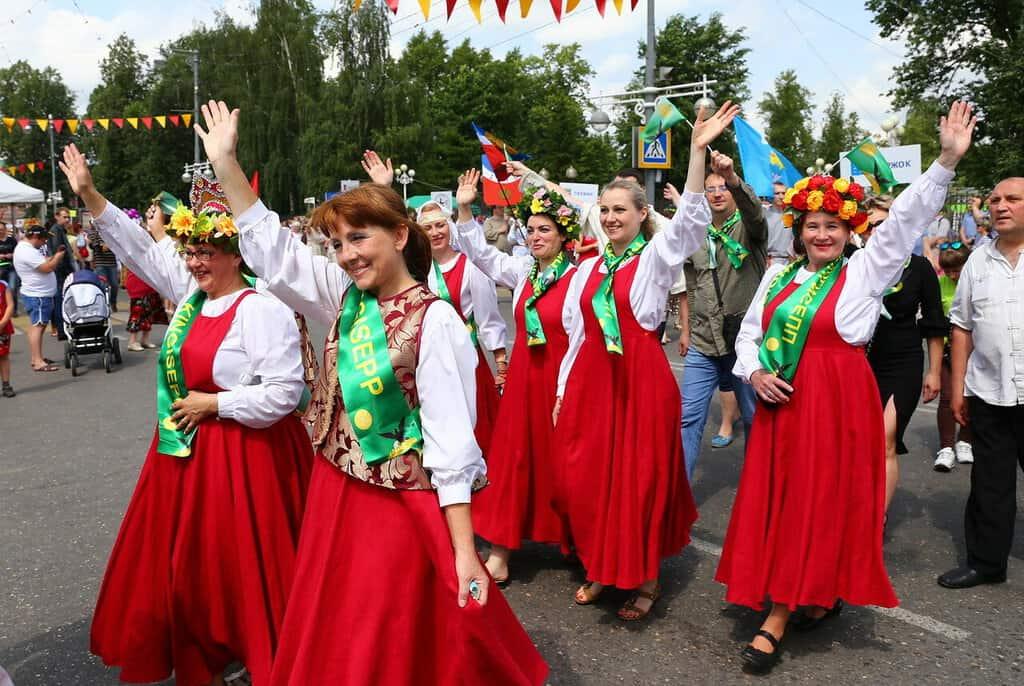 Рисунок 1. Праздничное шествие по главной улице города