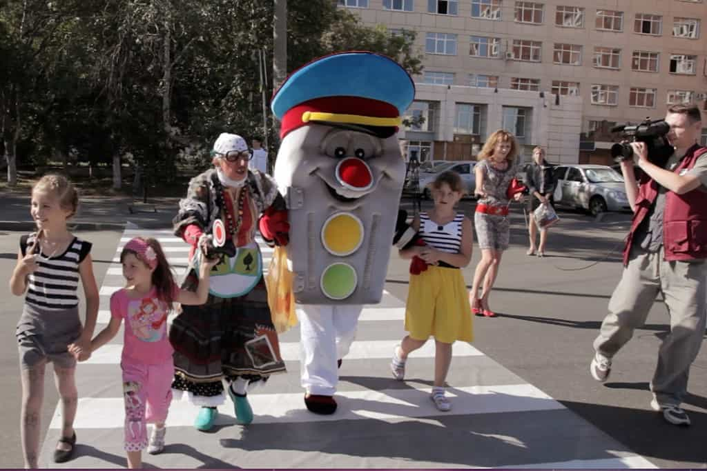 Рис. 1. Дети и светофор помогают старушке перейти дорогу