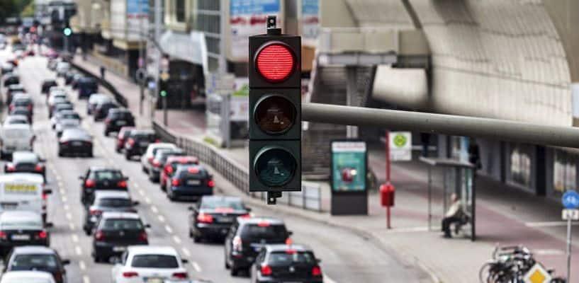 Рис. 5. Современный светофор и автомобильный поток
