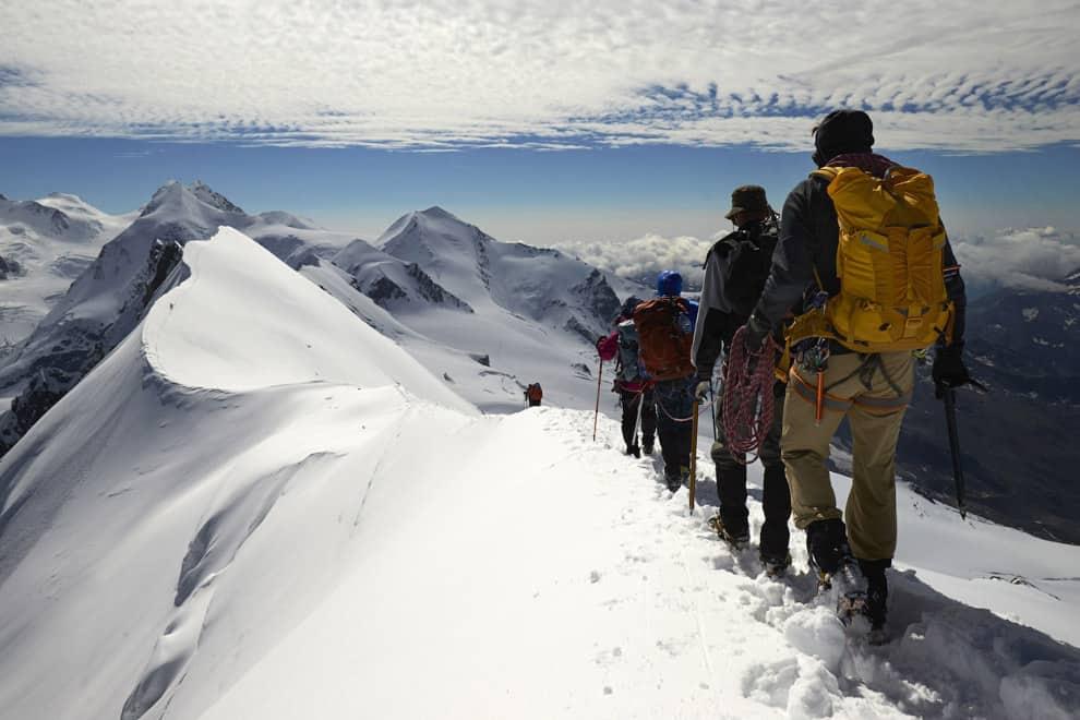 Рис. 2. Группа альпинистов. Прогулка по швейцарской границе (Альпы)