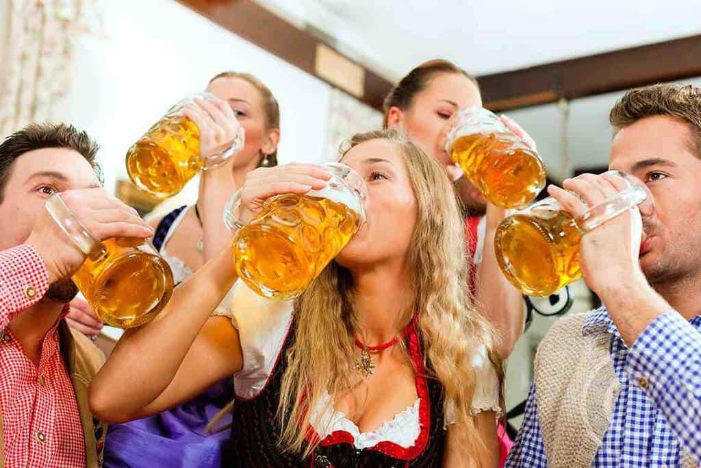 Рисунок 1. Международный день пива принято отмечать в пабах или пивных ресторанах