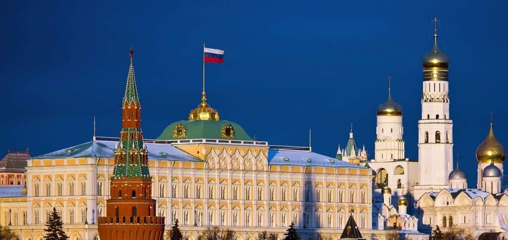 Рисунок 3. Российский флаг развевается на здании Кремля