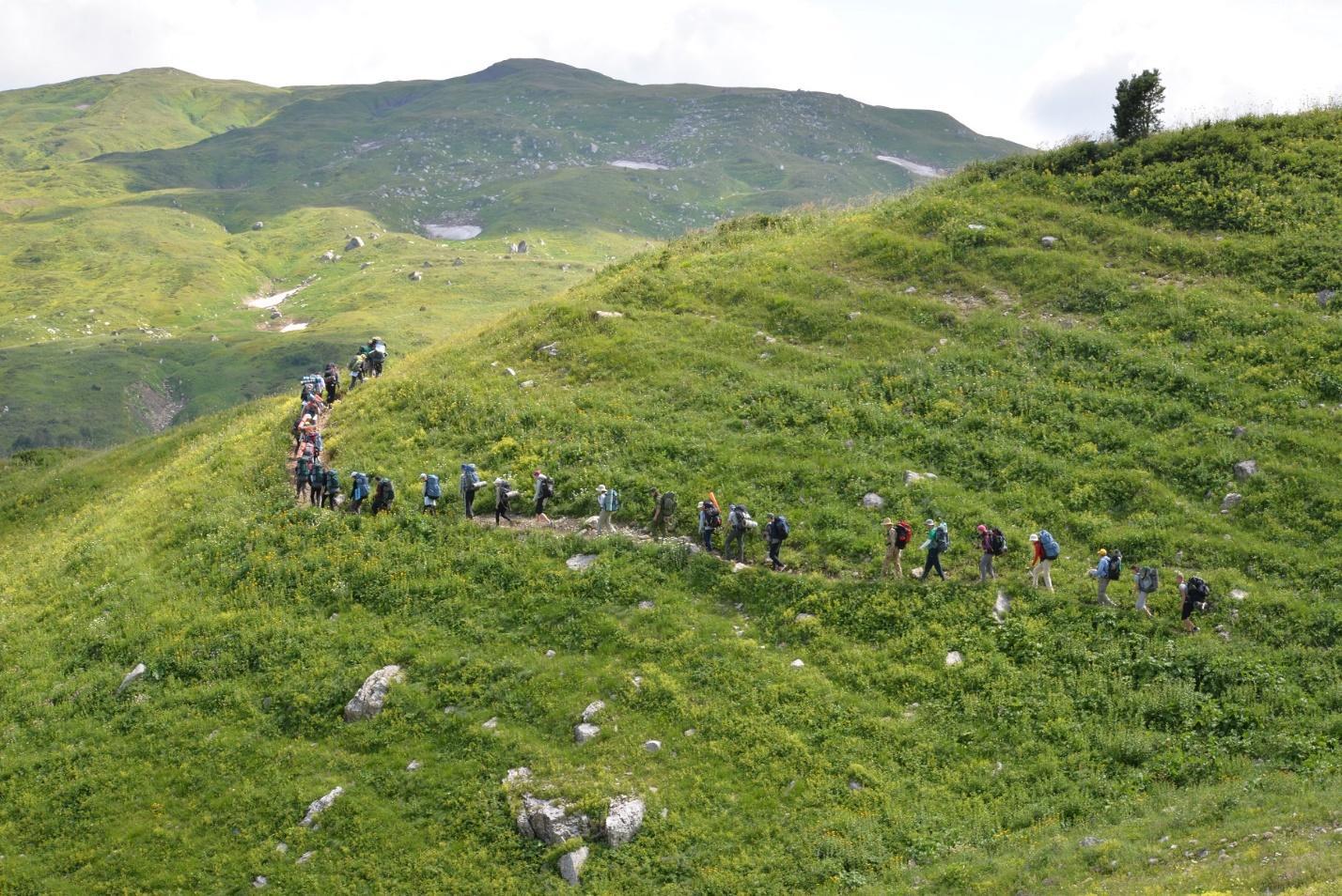 Рисунок 2. Туристы поднимаются на гору